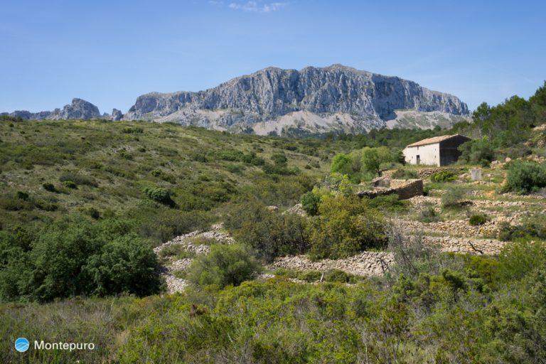 muros de piedra y casa antigua cerca de la Sierra de Bèrnia