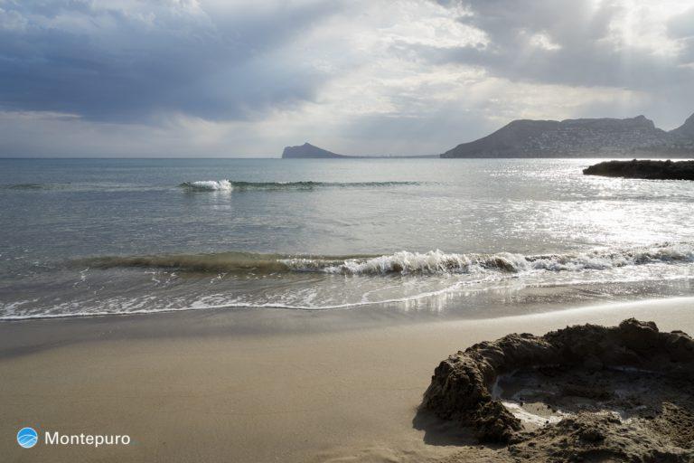 en la playa en Calpe, vistas del Morro de Toix y Sierra Helada