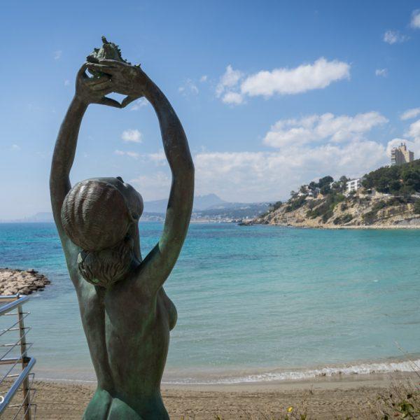 Bronzefigur am Strand Portet de Moraira