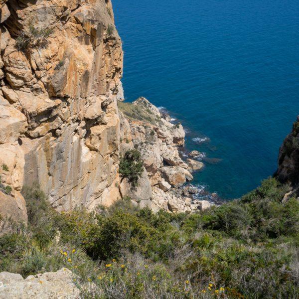Abstieg entlang der Steilküste zur Cova de la Cendra
