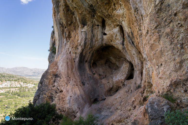 paredes verticales con cuevas de l´Ocaive