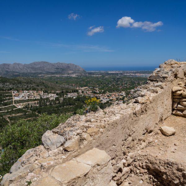 Mauerreste des Castell de l´Ocaive und Blick in die Serra de Segària