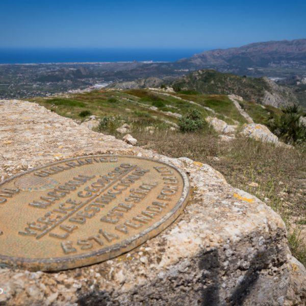 Vértice Geodésico Castell d´Aixa und Blick zum Montgó