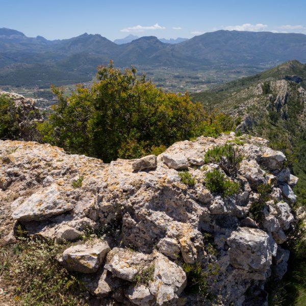 Mauerreste Castell d´Aixa und Blick in die Serra del Carrascal de Parcent