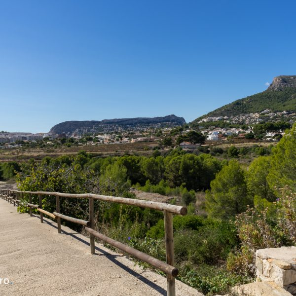 sendero y vistas al Morro de Toix y Sierra de Oltà