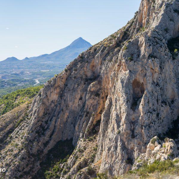 Cañón del Mascarat entre Altea y Calpe, Puig Campana al fondo