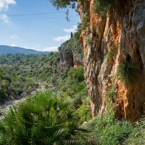 Flussbett des Río Gorgos und rote Felsen