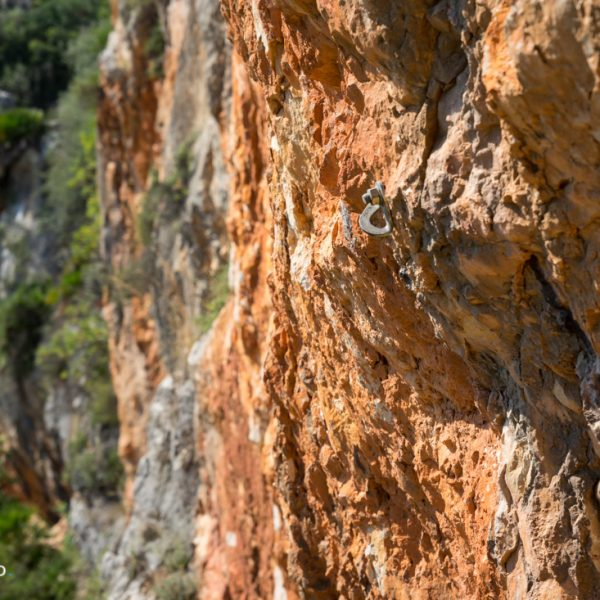 Kletterpiste, Haken an den roten Felswänden
