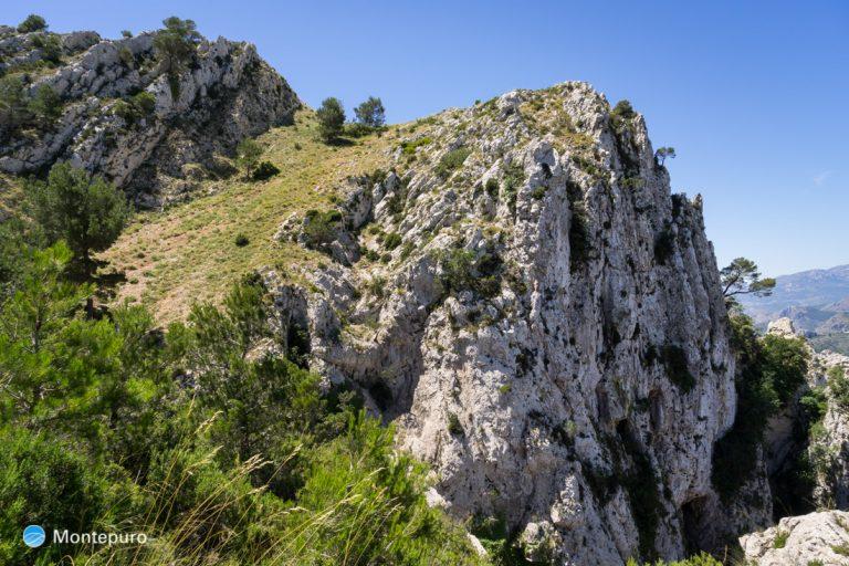paredes verticales de la Sierra del Ferrer, ultimo tramo de la subida por la ladera