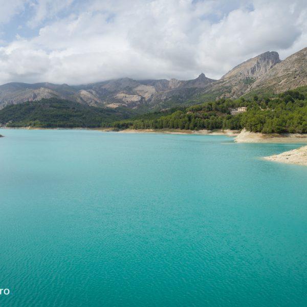 Embalse de Guadalest con su agua azul turquesa
