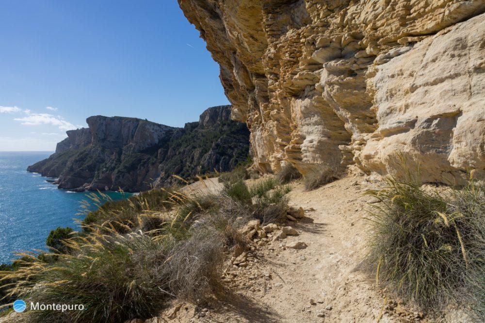 paseo por la costa entra cala Moraig y cala Llebeig