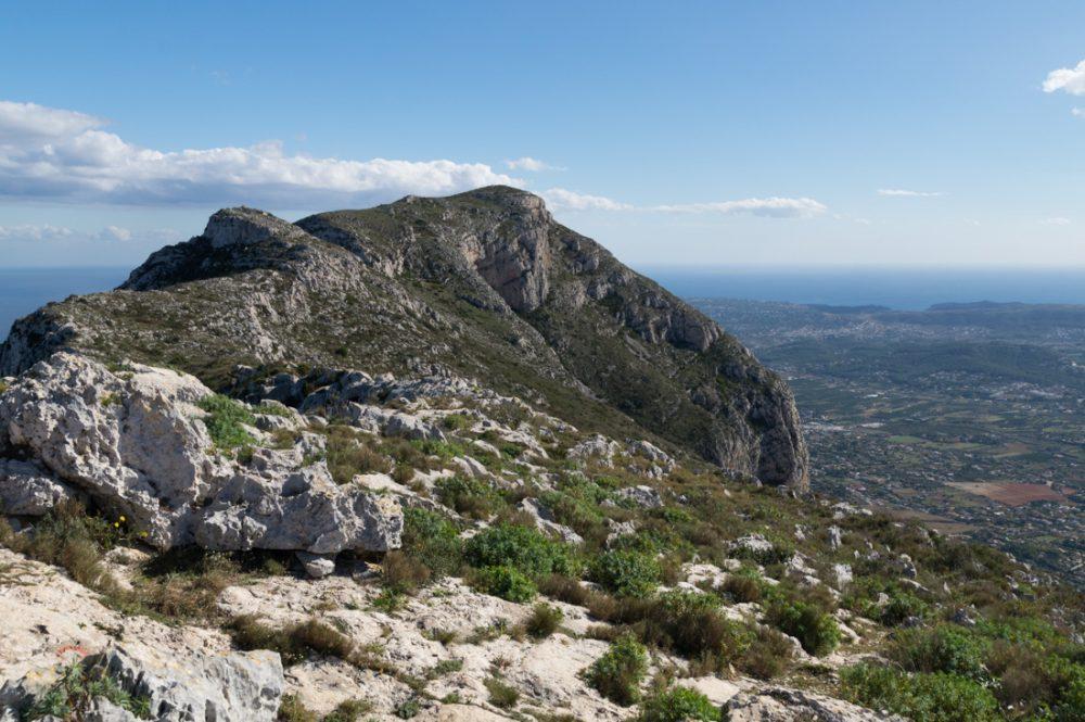 Ausblick vom Creueta de Dénia auf den Bergrücken des Montgó
