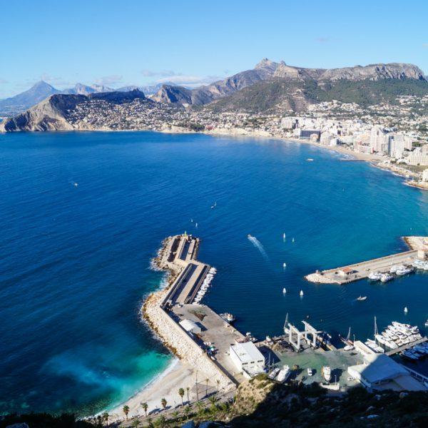 Panorama del puerto de Calpe, Morro de Toix, Sierra de Olta y Sierra de Bernia