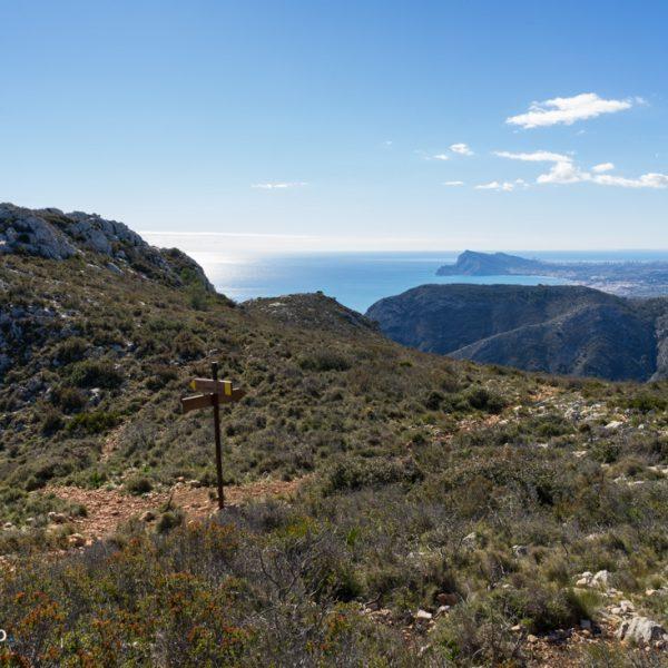 Wegweiser zu den drei Gipfeln in der Sierra de Oltà