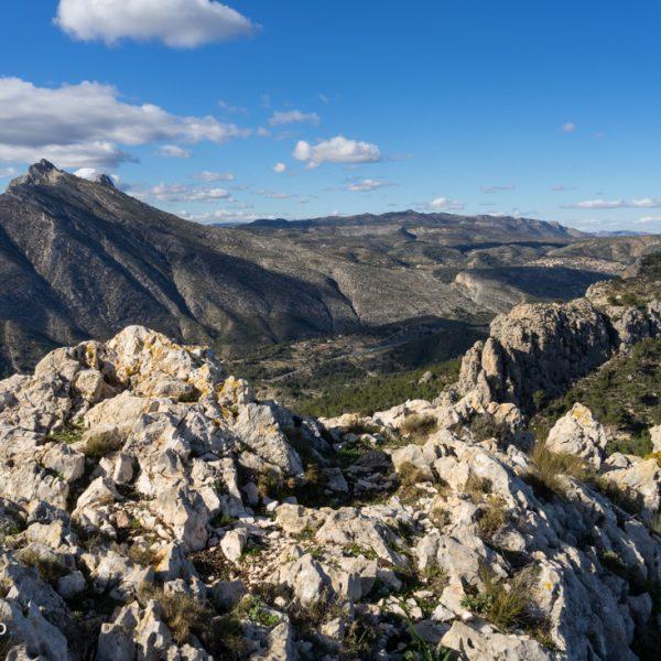 Blick über das weite Felsplateau der Sierra de Oltà