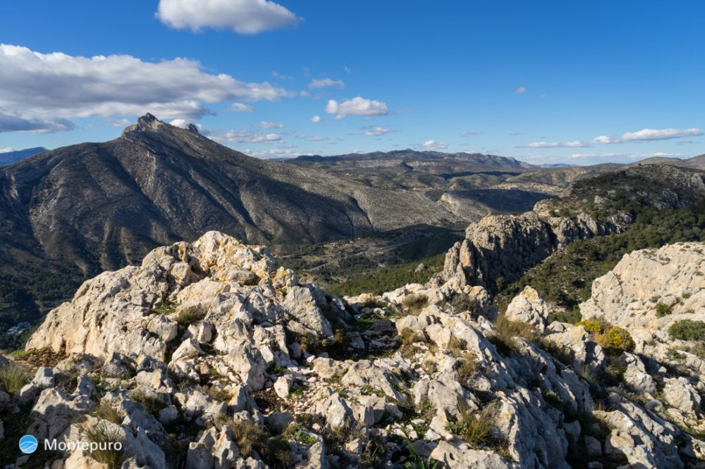 piedras en la Sierra de Oltà, Sierra de Bernia al fondo