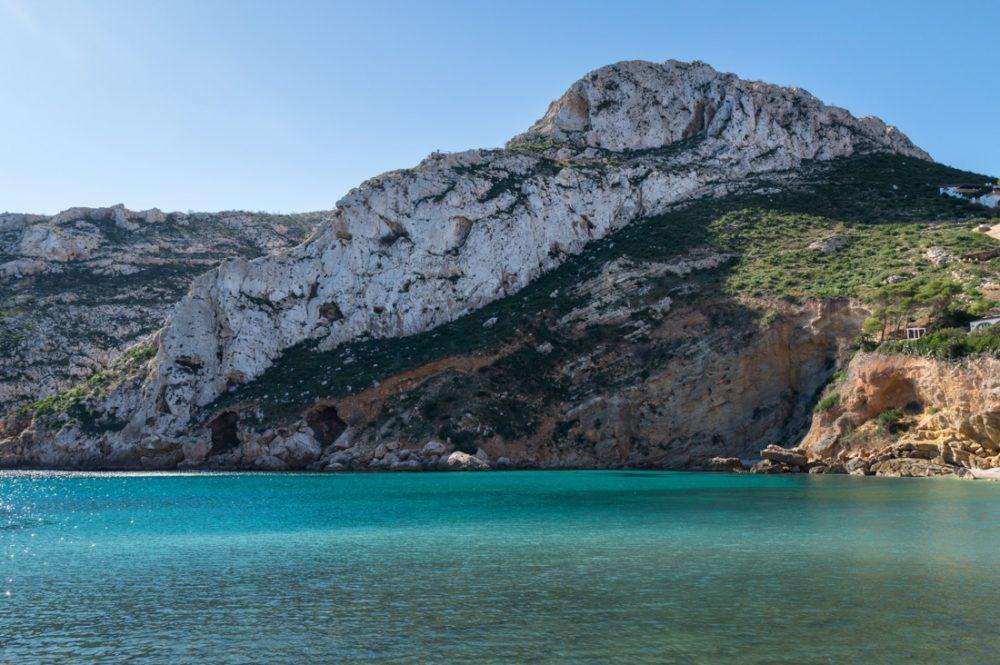 Bucht von Granadella und Berge im Naturpark