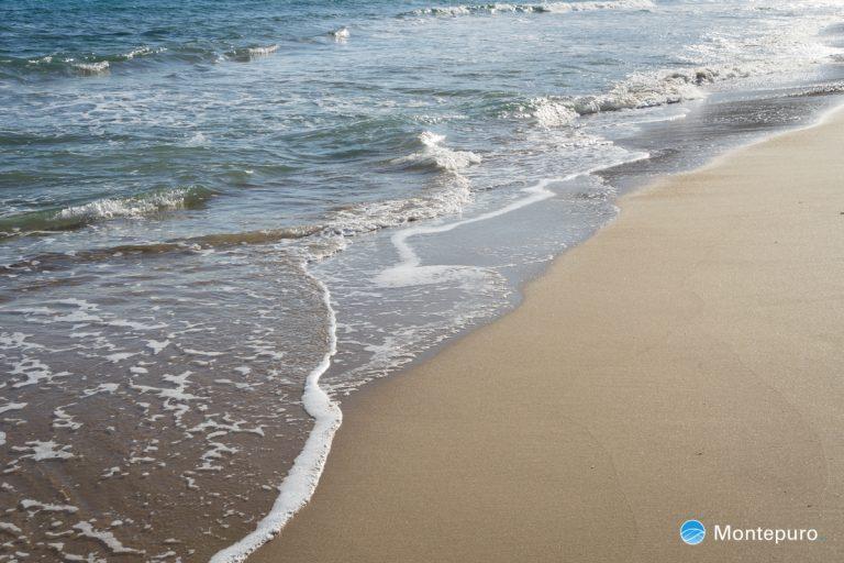 olas y playa de arena en calpe