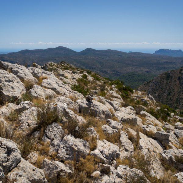 Ausblick von Penya Talai auf Lloma Llarga und Sierra de Oltà