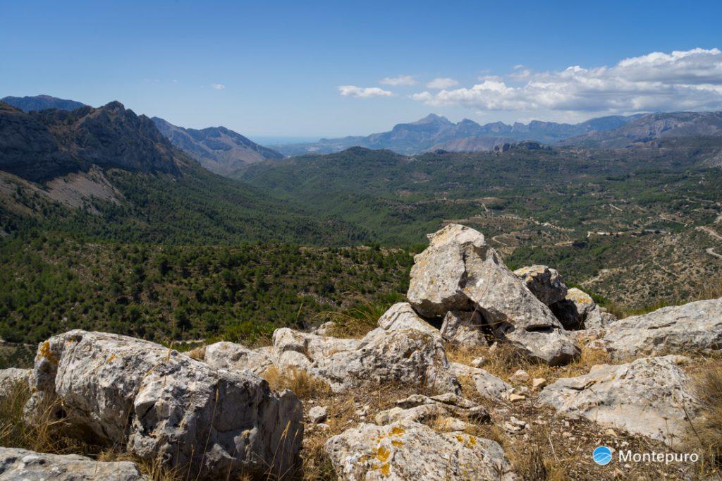 Ausblick von Penya Talai in das Tal von Tàrbena und Richtung Puig Campana