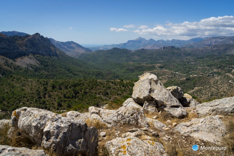 en la cima de Penya Talai, vista a Tàrbena y Puig Campana