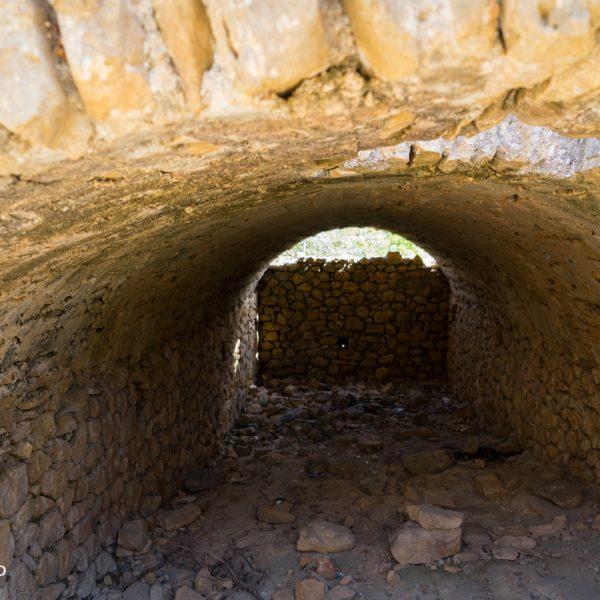 Blick in die Zisterne an der Ruine Mallaes