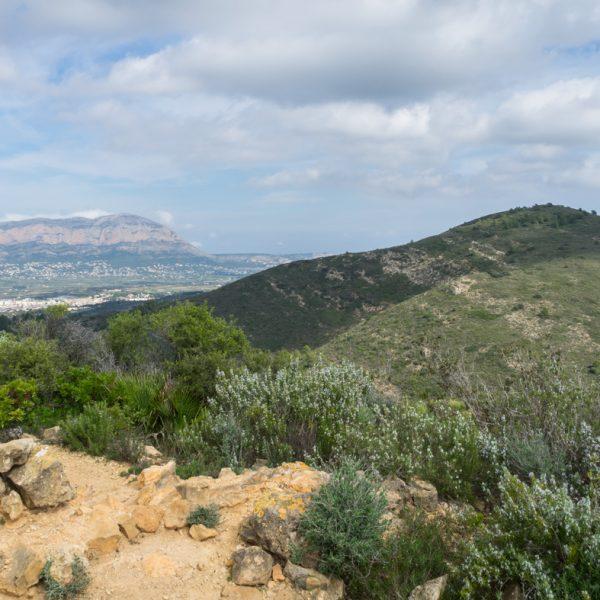 Ausblick von Tossal del Moro auf Serrellars und Montgó