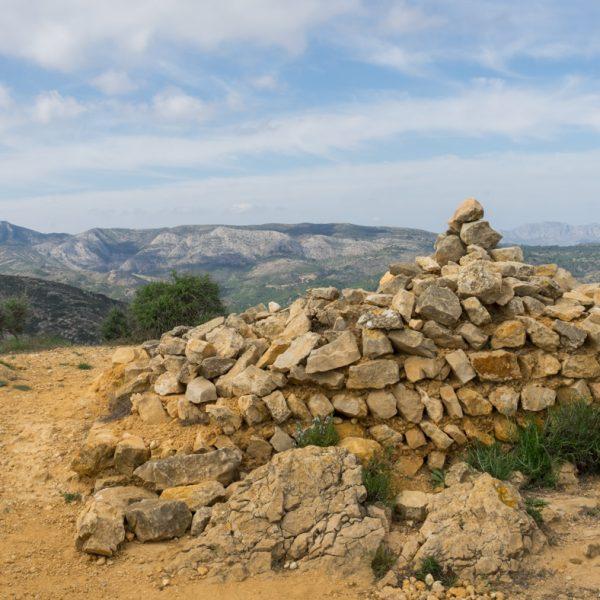 Ruine einer Wachstation, Ausblick von Tossal del Moro auf Sierra del Castell de la Solana