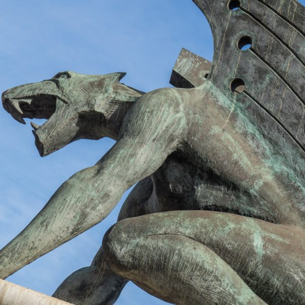 Drachenfigur an der Brücke Puente del Reino in Valencia