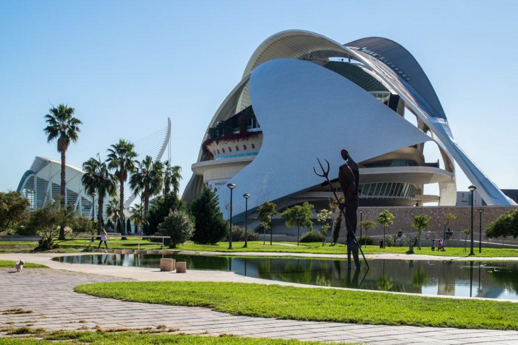 Im Parque Natural del Turia mit Blick auf das Opernhaus, Palau de les Arts