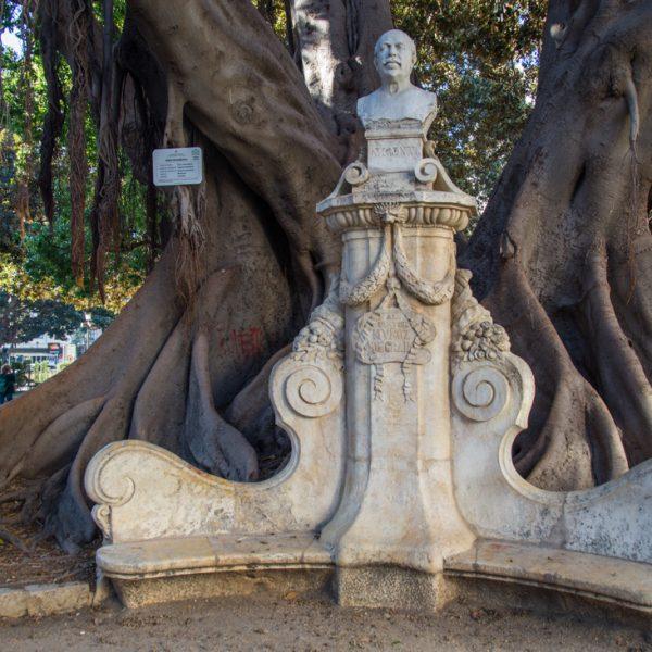 Jardin de la Glorieta in Valencia, Skulptur des Malers Antonio Muñoz Degrain vor einem Feigenbaum