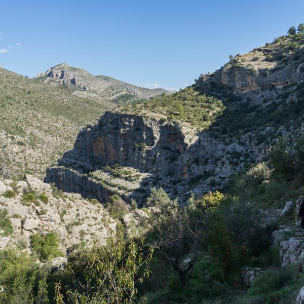 maurische Steinstufen zum trockenen Flussbett des Rio Girona